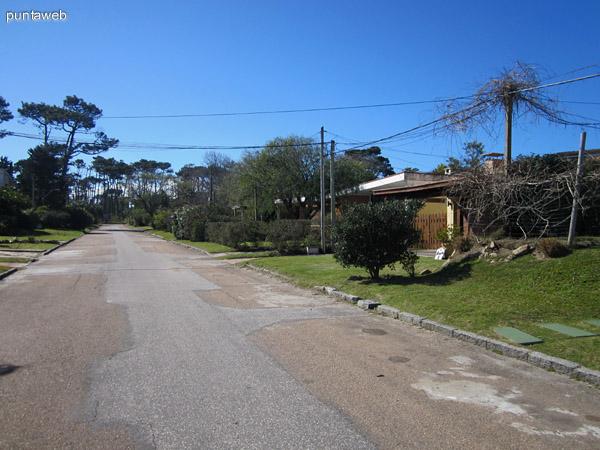 Entorno de barrio residencial en la esquina del edificio.
