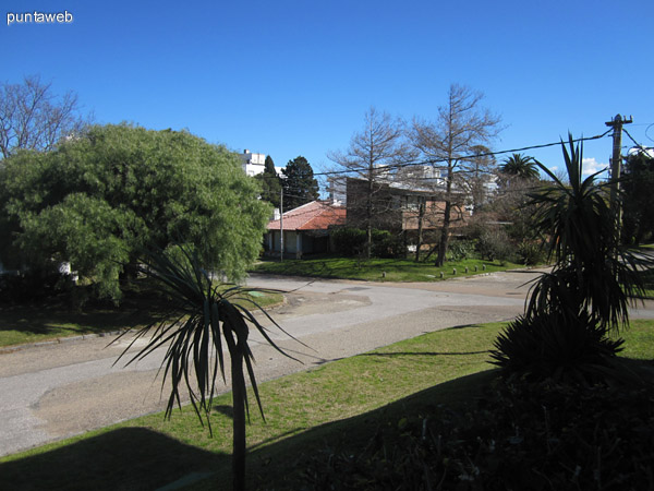 Vista de la calle sobre el lateral oeste del edificio. Entorno de barrio residencial.