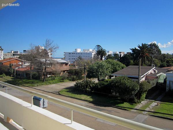 Vista desde el balcón hacia el este a lo largo de la calle perpendicular a la rambla Williman.