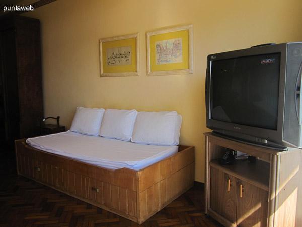 Espacio de living comedor desde su mitad hacia la ventana frontal. La ventana comunica con el balc�n. Muy luminoso. Cuenta con un sill�n cama para dos y otro sill�n cama para una persona.