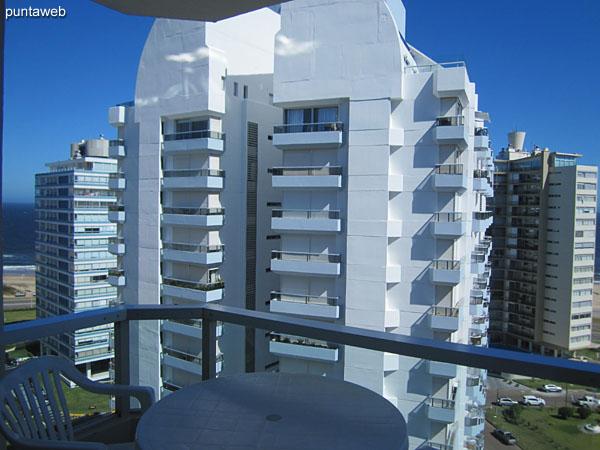 Vista desde la esquina izquierda del living junto a la ventana con acceso al balc�n terraza hacia la puerta de entrada al departamento. A la izquierda de la imagen, el acceso al dormitorio y ba�o.