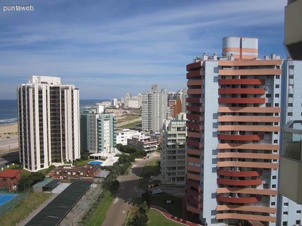 Vista hacia el sur desde el balc�n terraza del living del departamento.