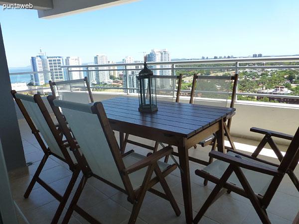Vista desde el balc�n terraza hacia el espacio de living–comedor.