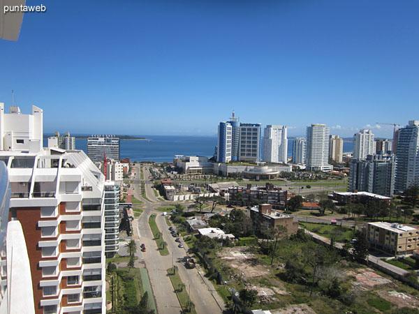 Vista hacia el este desde el balc�n terraza del departamento a lo largo de la playa Brava.