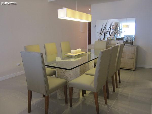 Espacio de comedor del departamento a continuaci�n del acceso. Acondicionado con importante mesa en vidrio con ocho sillas.