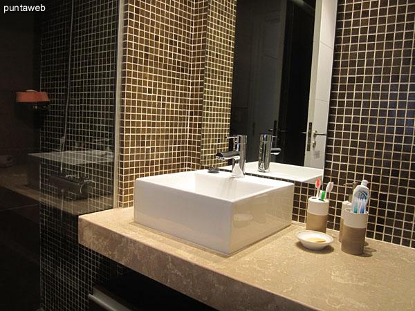 Detalle de placares y acceso al ba�o en suite en el dormitorio principal.