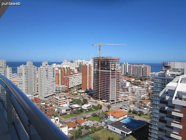Balc�n terraza del dormitorio principal. Brinda vistas al sur y al oeste sobre la pen�nsula de Punta del Este y la playa Mansa.