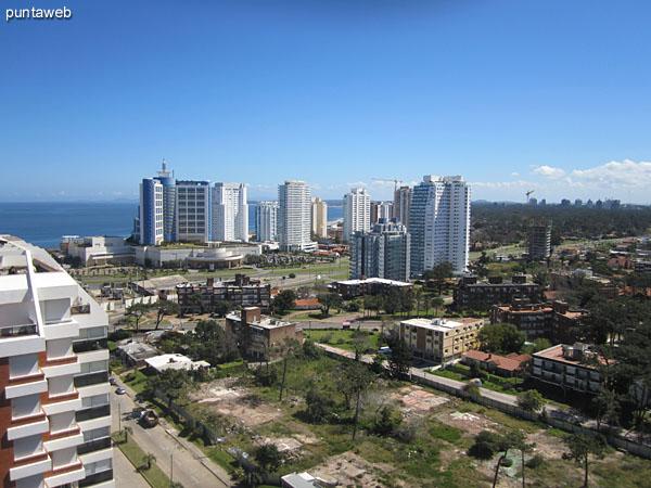 Vista desde el balc�n terraza del dormitorio principal hacia el sur sobre el barrio La Pastora y la pen�nsula de Punta del Este.
