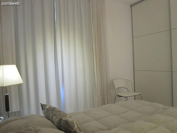 Segundo dormitorio acondicionado con cama matrimonial y ba�o en suite. Orientado al lateral oeste brindando vistas a la playa Mansa.