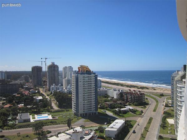 Vista hacia el oeste desde la terraza del departamento a lo largo de la Av. Chiverta. Al fondo y a la derecha de la imagen, el hotel Conrad.