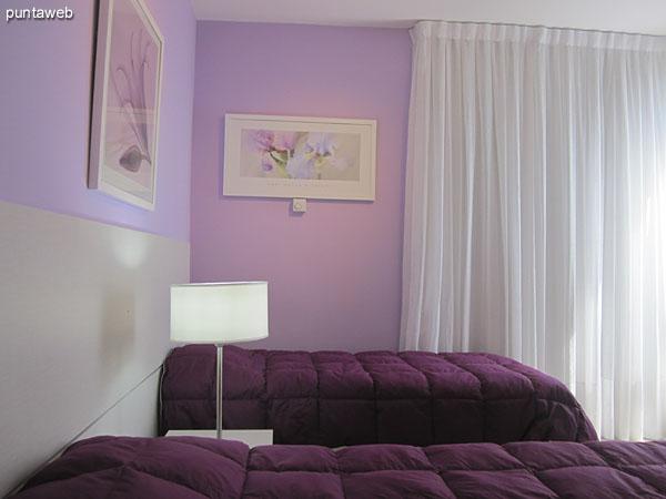 Tercer dormitorio con ba�o en suite acondicionado con dos camas. Orientado sobre el lateral oeste ofrece vistas hacia la playa Mansa.