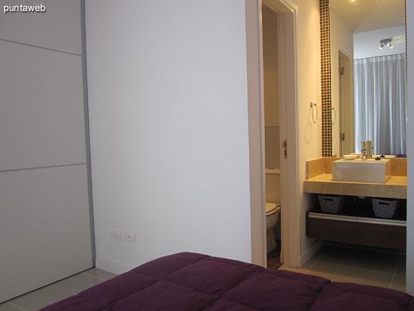 Detalle de amoblamiento del tercer dormitorio con ba�o en suite.