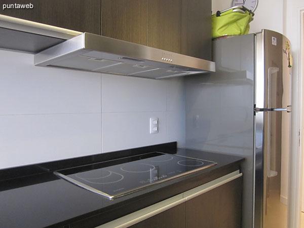 El ambiente de la cocina tiene vista al norte sobre los barrios residenciales.