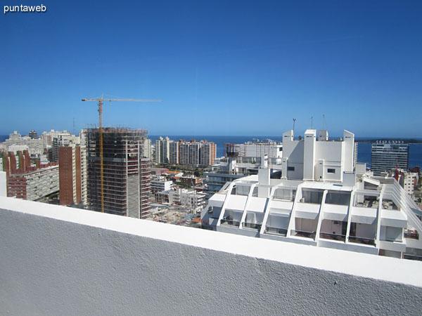 Vista hacia el oeste desde la terraza del edificio junto a la barbacoa propia.