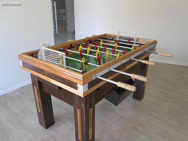 Mesa de ping–pong en las salas de juegos en planta baja.