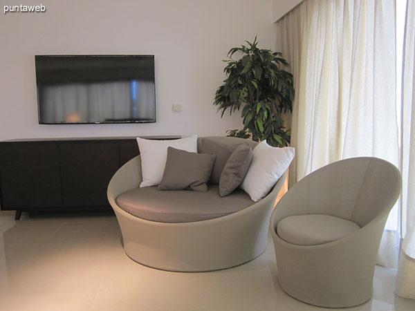 Vista desde el centro del estar en el living hacia la entrada al departamento. <br><br>A la derecha de la imagen, pasillo de acceso a los dormitorios.