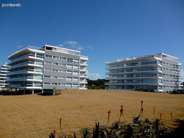 Fachadas del conjunto Silente Club de Mar. El departamento se encuentra en el bloque II.