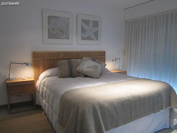 Acceso al dormitorio principal en suite. <br><br>Cuenta con puerta al inicio del pallier de la suite.<br><br>A la derecha, acondicionado con armarios de puertas corredizas.<br><br>Al fondo de la imagen el acceso al baño con hidromasaje.