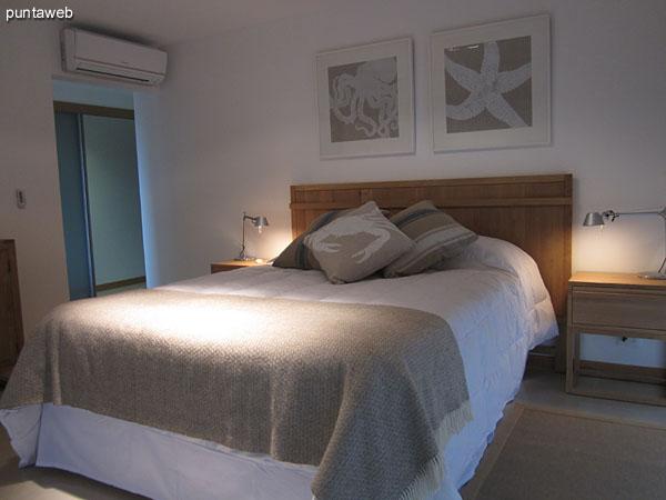 Dormitorio principal con baño en suite. Orientado al norte, brinda vistas hacia el jardín del complejo y hacia el lateral oeste.