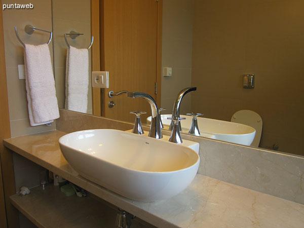 Detalle de cómoda y gran espejo en el dormitorio principal en suite.