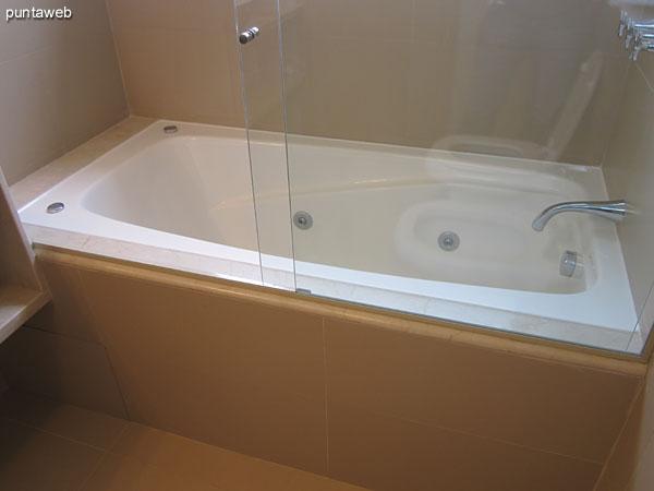 Detalle de la grifería y artefactos sanitarios en el baño en suite del dormitorio principal.