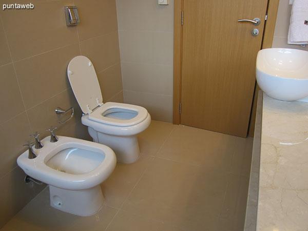 Hidromasaje en el baño en suite del dormitorio principal.