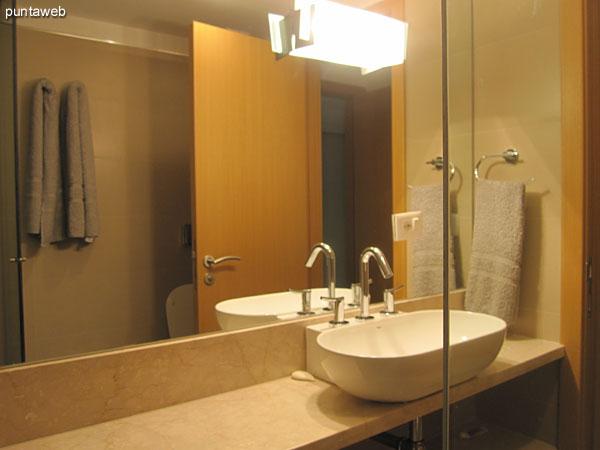 Detalle de la grifería y artefactos sanitarios en el baño en suite del segundo dormitorio.