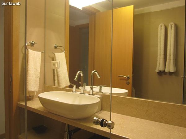 Detalle de la grifería y artefactos sanitarios en el baño en suite del tercer dormitorio.