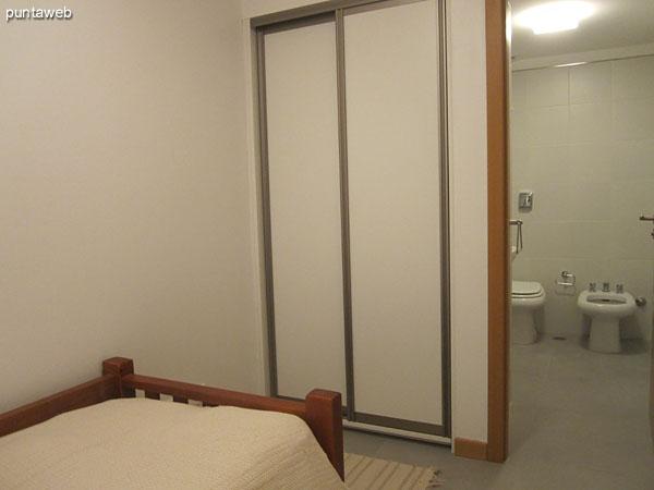 Dormitorio de servicio acondicionado con una cama individual.<br><br>Ventana exterior al lateral oeste.