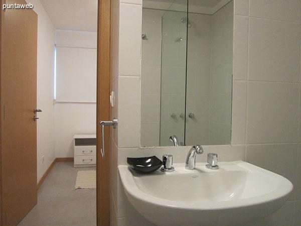 Dormitorio de servicio. Placard y a la derecha de la imagen la entrada al baño de servicio en suite.