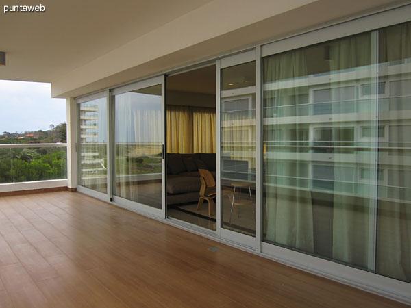 Amplios ventanales de doble hoja brindan acceso al balcón terraza orientado al sur.