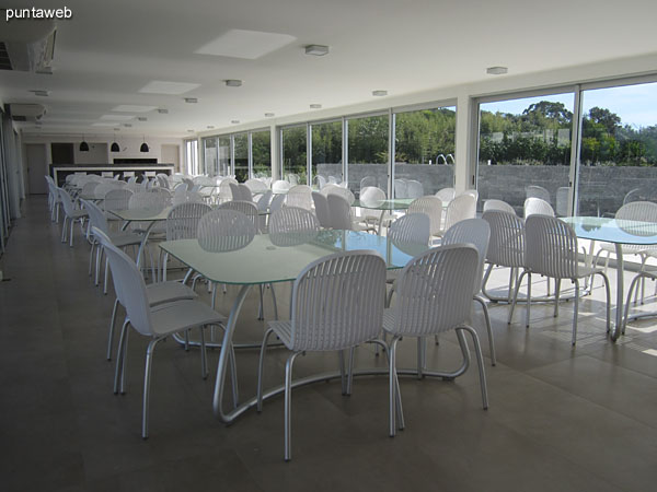 Space on the barbecue diners. Conditioning with eight tables with eight chairs each.