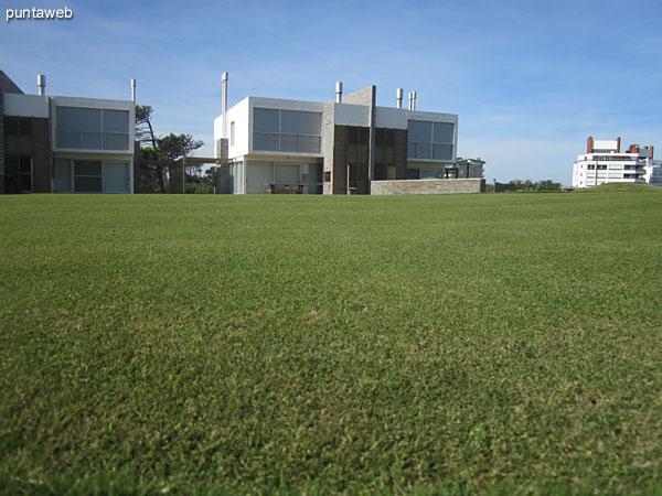Campo de golf de cuatro hoyos. Al fondo, las residencias.