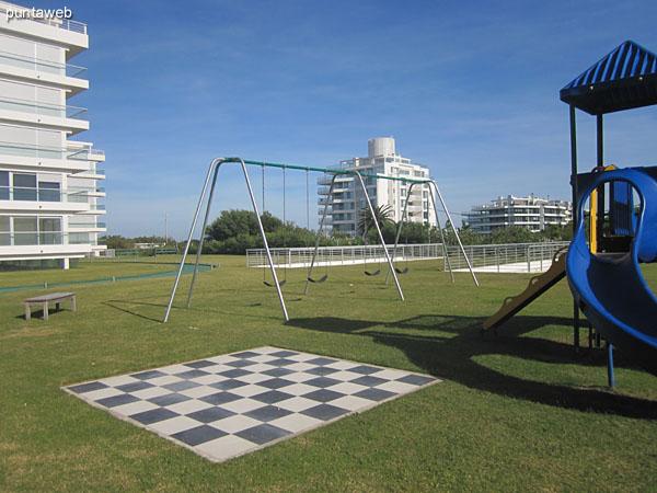 Espacio para chicos en el jardín del complejo. Acondicionado con varios juegos.