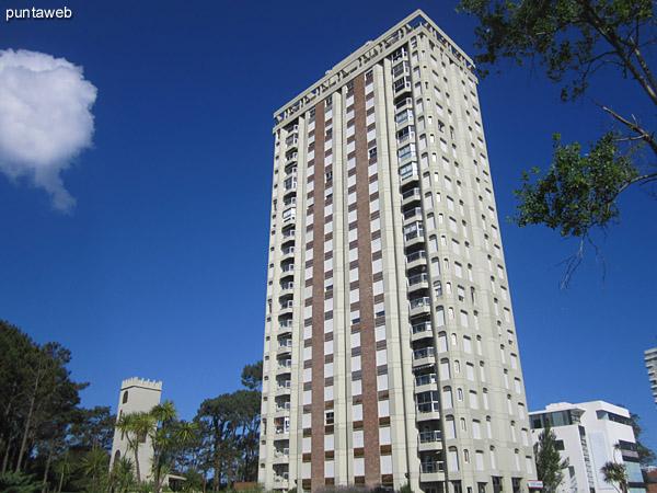 Fachada del edificio. Ubicado sobre la Av. Roosevelt frente a Punta Shopping.<br><br>Brinda vistas limpias a entorno de barrios residenciales.