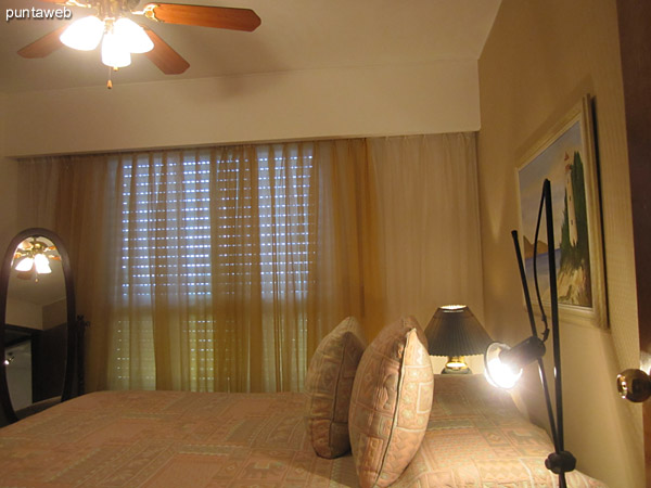 Master bedroom with en suite.<br><br>Conditioning with double bed. It offers views of the north side of the building.