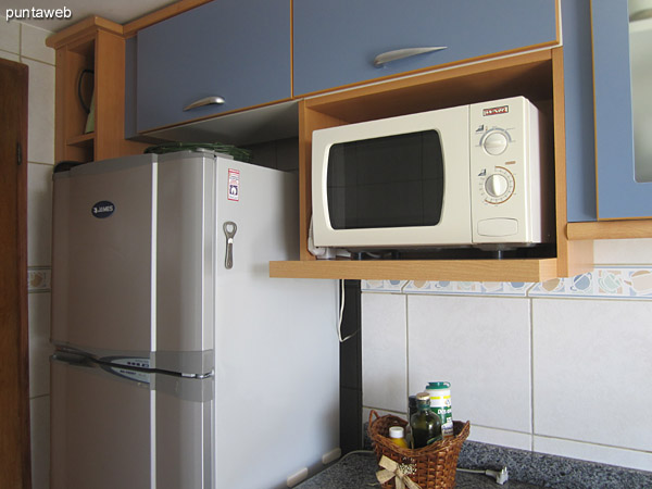 General view of the kitchen. Equipped with furniture allowance and low shelves and countertops.<br><br>It has microwave, coffee maker, double sink.