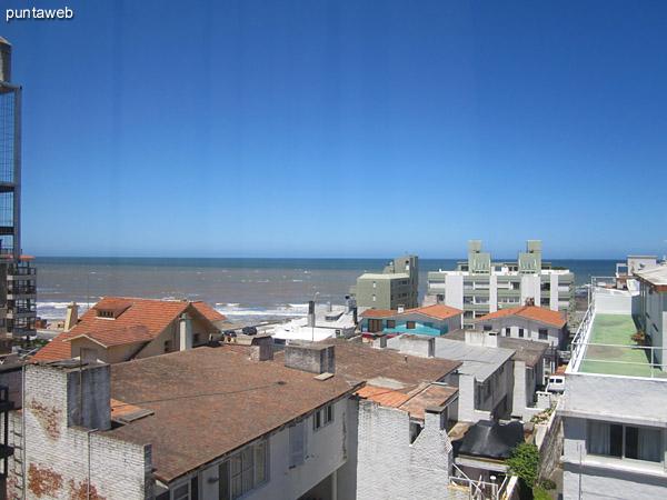 La ventana de pared a pared en el dormitorio principal ofrece vistas hacia el océano sobre la playa El Emir.