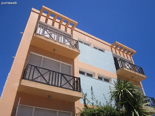 Fachada del edificio orientada al norte. El apartamento es un contrafrente con vista al mar desde el dormitorio principal.