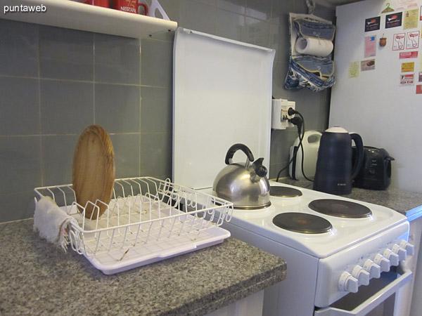 Cocina. Completa y con acceso a lavadero exterior.<br><br>Cuenta con mesadas y muebles sobre y bajo mesada.<br><br>Equipada con cocina eléctrica, horno microondas, tostadora, boiler, entre otros.