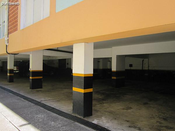 Acceso al garage sobre el lateral este.