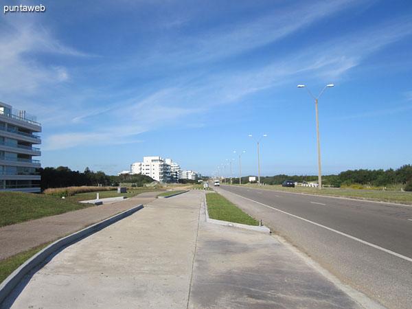 Vista del entorno hacia el suroeste a lo largo de la Rambla Lorenzo Batlle Pacheco.