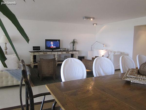 Espacio de comedor en el living. Situado sobre el lateral este del área, está acondicionado con gran mesa rectangular en madera y 10 sillas.<br><br>Ofrece vistas hacia el frente al balcón con terraza techado.