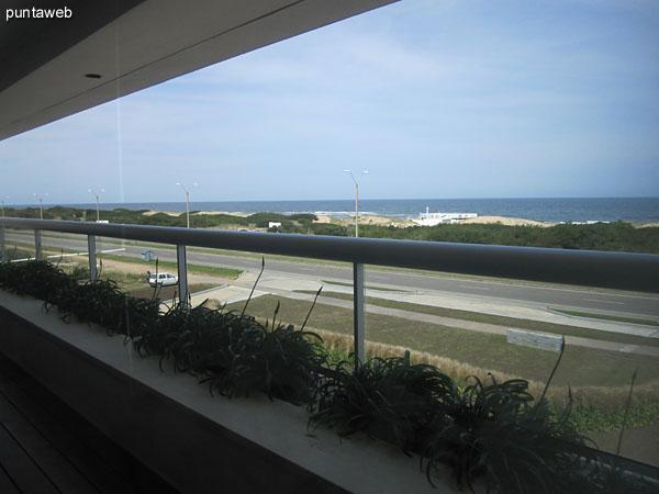 Vista general de la mesa del comedor desde su extremo derecho junto a la ventana hacia la entrada de acceso al departamento.