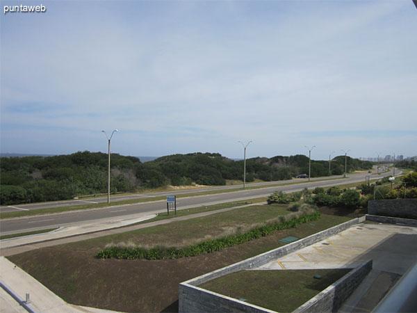 Vista hacia el este sobre el océano Atlántico desde el acceso al balcón terraza techado junto al living.