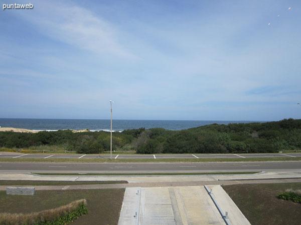 Fachada del bloque 3 del conjunto. Situado frente al mar sobre la Rambla Lorenzo Batlle Pacheco a la altura de la parada 29, Rincón del Indio.