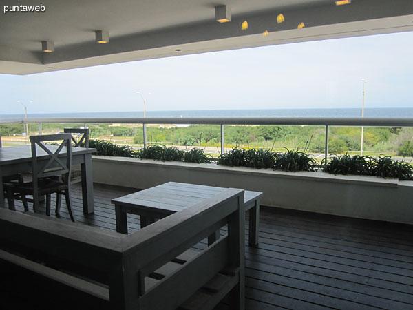 Vista hacia el sur a lo largo de la Rambla Lorenzo Batlle Pacheco desde el balcón terraza techado del apartamento.