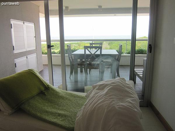 Vista general del dormitorio principal desde la ventana al frente hacia la entrada, luego del pasillo que lo conecta con el baño y el vestidor.