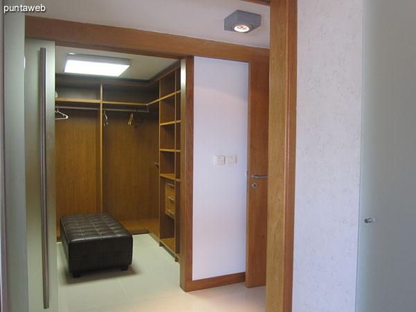 Vista hacia el este desde la ventana lateral del dormitorio principal.  A la izquierda de la imagen el bloque 3 del conjunto.