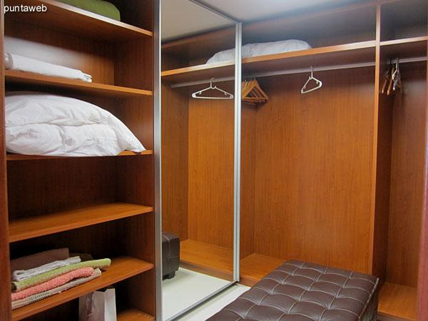 Vestidor visto desde su acceso por el pasillo que lo conecta con el baño en suite y el dormitorio.<br><br>De importante tamaño y capacidad, está acondicionado con perchero, estantes y cajones en madera.